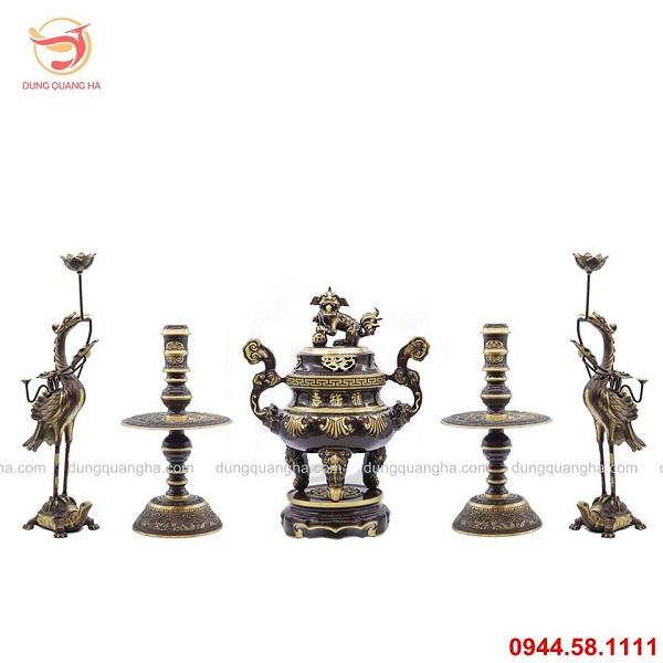 Bộ ngũ sự bằng đồng vàng hai màu chạm sòi của đồ đồng Dung Quang Hà
