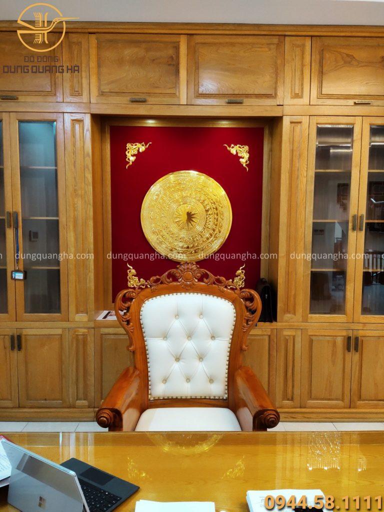 Tranh mặt trống đồng mạ vàng treo trong phòng làm việc