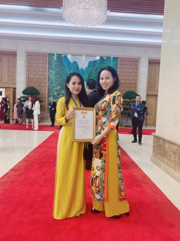 Dung Quang Hà tự hào nhận bằng khen của Thủ Tướng Chính Phủ