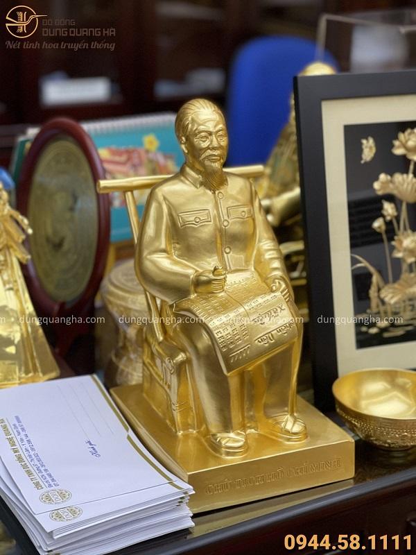 Tượng Bác Hồ ngồi ghế mây cao 30cm bằng đồng dát vàng 9999