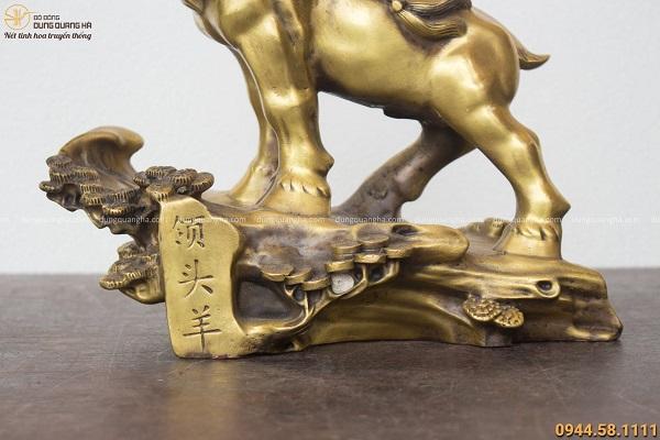 Tượng dê phong thủy đứng trên cây tùng 30x27cm bằng đồng vàng