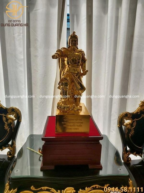 Tượng Trần Hưng Đạo mặc chiến bào bằng đồng mạ vàng