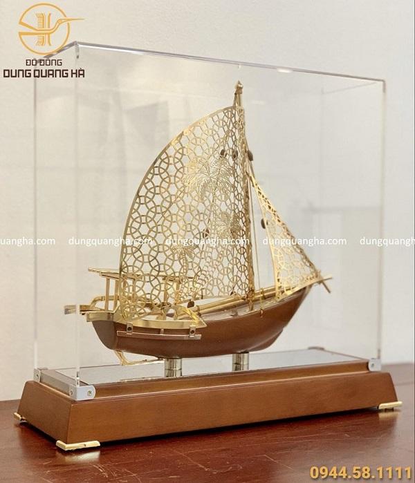 Thuyền buồm lưu niệm mạ vàng độc đáo, mới lạ