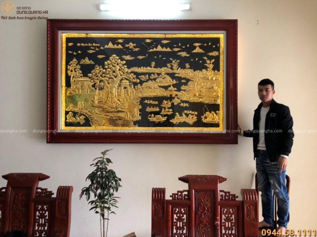 Bức tranh đồng quê bằng đồng treo tại nhà khách