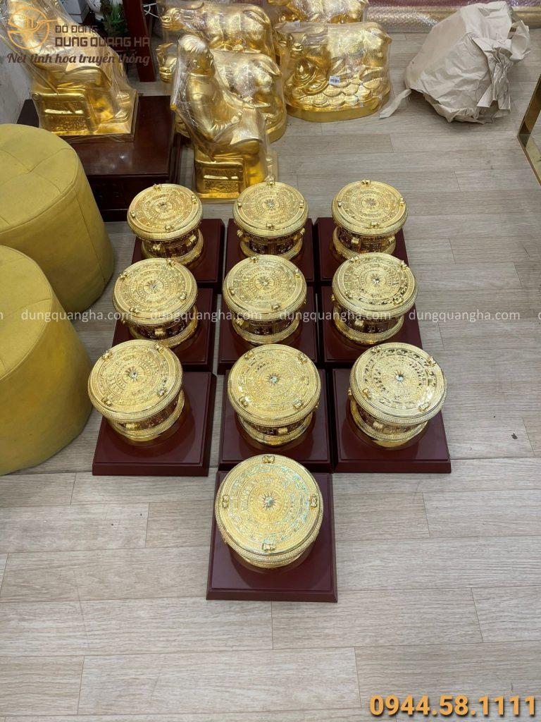 10 quả trống đồng lưu niệm được bàn giao cho khách