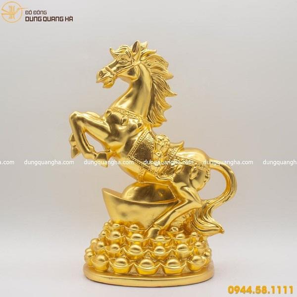 Tượng ngựa phong thủy đứng trên tiền thếp vàng