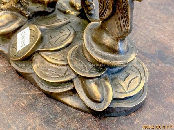 Tượng gà tài lộc đứng trên tiền bằng đồng đỏ làm màu 53x35cm