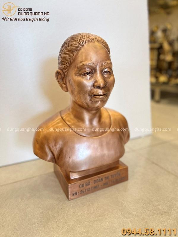 Tượng chân dung cụ bà cao 42cm bằng đồng đỏ hun màu