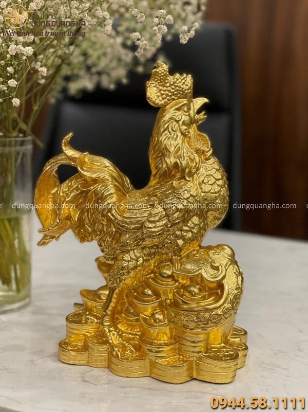 Tượng gà tài lộc cưỡi gậy Như Ý bằng đồng thếp vàng cao 30cm