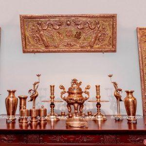 Bộ đồ thờ cúng đầy đủ trên bàn thờ – đồng đỏ chạm rồng nổi