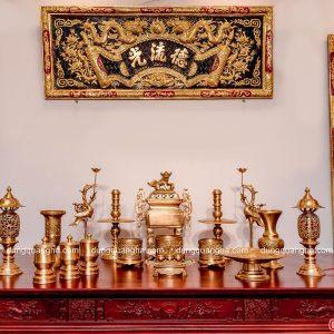 Bộ ngũ sự đỉnh vuông kèm phụ kiện đầy đủ trên bàn thờ