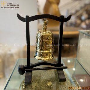 Chuông đồng nhỏ có giá treo bằng đồng vàng đường kính 9,5cm cao 17cm