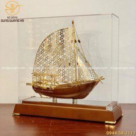 Thuyền buồm lưu niệm mạ vàng kích thước 29cm x 31cm x 11cm
