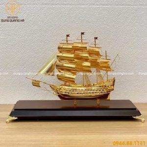 Thuyền buồm mạ vàng đế gỗ sang trọng