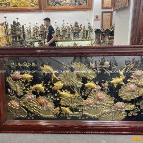 Tranh Cửu Ngư hoa sen dát vàng cá kích thước 2m3 x 1m2