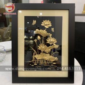 Tranh hoa sen bằng đồng làm quà lưu niệm