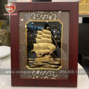 Tranh thuyền buồm phong thủy mạ vàng khung gỗ cách điệu