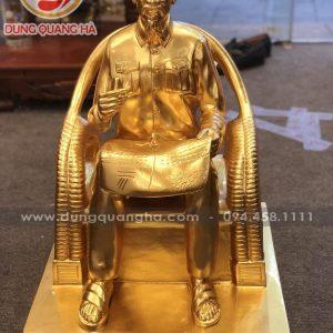 Tượng Bác Hồ ngồi ghế mây thếp vàng cao 60cm