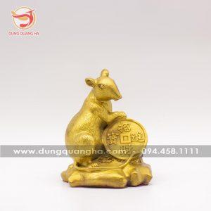 Tượng chuột phong thủy ôm tiền xu bằng đồng
