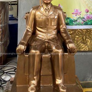 Tượng Đại tướng Võ Nguyên Giáp ngồi ghế bằng đồng cao 1m08
