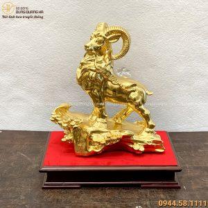 Tượng Dê phong thủy đứng trên cây tùng 30x27cm thếp vàng