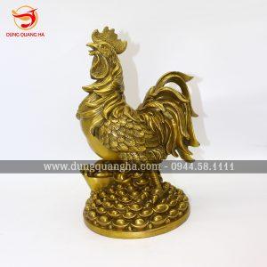 Tượng gà trống bằng đồng đứng trên tiền vàng