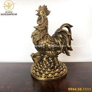 Tượng gà trống bằng đồng vàng mộc đứng trên tiền tinh xảo