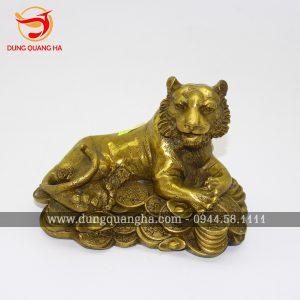 Tượng hổ phong thủy nằm trên tiền bằng đồng