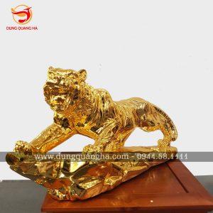 Tượng hổ uy dũng – Chúa sơn lâm bằng đồng mạ vàng tinh xảo