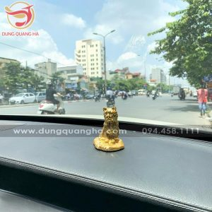 Tượng mèo may mắn mạ vàng để xe ô tô