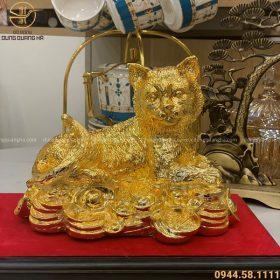 Tượng mèo may mắn nằm trên tiền mạ vàng 22cm x 17cm