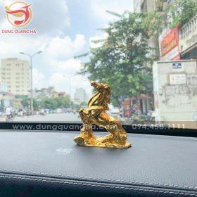 Tượng ngựa mạ vàng để xe ô tô
