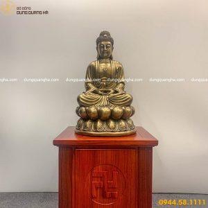 Tượng Phật A Di Đà bằng đồng vàng đặt trên đế gỗ khắc chữ Vạn