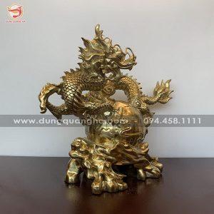 Tượng rồng phong thủy ôm quả địa cầu bằng đồng vàng mộc