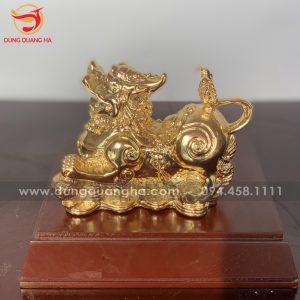 Tỳ Hưu vàng giẫm cầu đứng trên tiền vàng tài lộc